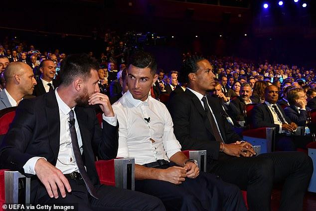 Messi và Ronaldo liên tục trò chuyện trong buổi Gala